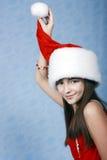 Ein Portrait des Mädchens ist in der Weihnachtsschutzkappe. Lizenzfreie Stockfotografie