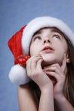 Ein Portrait des Mädchens ist in der Weihnachtsschutzkappe. Stockbild