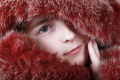 Ein Portrait des Mädchens ist im roten Pelz. Stockfotografie