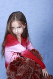 Ein Portrait des Mädchens ist im roten Pelz. Stockfotos