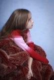 Ein Portrait des Mädchens ist im roten Pelz. Lizenzfreie Stockfotografie