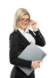 Ein Portrait einer Geschäftsfrau, die einen Laptop anhält stockfotos