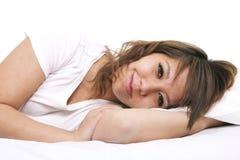 Ein Portrait einer jungen Frau im Bett. Lizenzfreie Stockfotos
