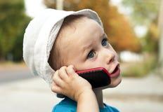 Ein Portrait eines Kleinkindes mit Mobiltelefon Lizenzfreies Stockbild