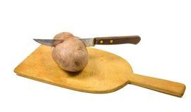 Ein potatoe cutted halbes mit einem Messer Stockfotos