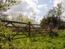 Ein prachtvolles und erstaunliches hölzernes Tor und ein Zaun in der Landschaft Lizenzfreies Stockfoto