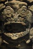 Ein prehispanic Gott, der von seiner Ritualmaskenversion 4 aufpasst stockfoto