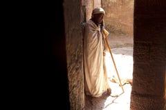 Ein Priester in Lalibela Stockbild