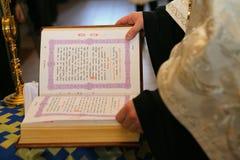 Ein Priester liest die heilige Bibel lizenzfreies stockbild