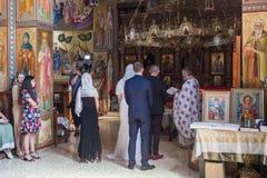 Ein Priester liest ein Gebet an der Hochzeitszeremonie, die in der orthodoxen Tradition im griechischen orthodoxen Kloster der zw lizenzfreies stockfoto