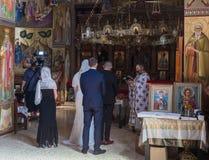 Ein Priester liest ein Gebet an der Hochzeitszeremonie, die in der orthodoxen Tradition im griechischen orthodoxen Kloster der zw lizenzfreie stockbilder