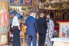 Ein Priester liest ein Gebet an der Hochzeitszeremonie, die in der orthodoxen Tradition im griechischen orthodoxen Kloster der zw stockbild