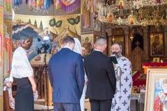 Ein Priester liest ein Gebet an der Hochzeitszeremonie, die in der orthodoxen Tradition im griechischen orthodoxen Kloster der zw lizenzfreie stockfotos