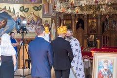 Ein Priester liest ein Gebet an der Hochzeitszeremonie, die in der orthodoxen Tradition im griechischen orthodoxen Kloster der zw stockbilder