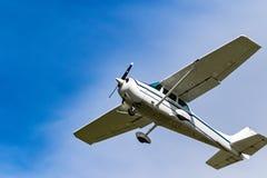Ein Privatflugzeugfliegen über Irland stockfotos