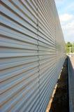 Ein Profil erstellter metallischer Zaun Stockfoto