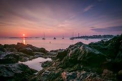 Ein purpurroter Sonnenaufgang über Dame Cove in Marblehead, MA Lizenzfreie Stockbilder