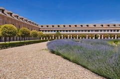 Ein Quadrat mit Lavendelanlagen und historischen Gebäuden in Aranjuez, Spanien Lizenzfreie Stockbilder