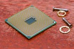 Ein quadratischer Computerprozessor zog von einem defekten Computer Der Prozessor ist auf dem Tisch Ansicht über die Kontakte lizenzfreies stockfoto