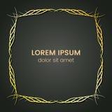 Ein quadratisches goldenes Monogrammelement auf einem dunklen Hintergrund Lizenzfreies Stockbild