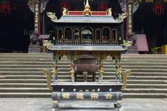 Ein Räuchergefäß vor Tempel lizenzfreie stockbilder