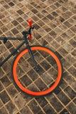 Ein Rad rotes bycicle auf Boden Lizenzfreies Stockbild
