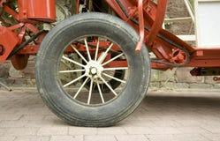 Ein Rad von einem alten Automobil Lizenzfreie Stockbilder