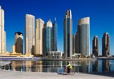 Ein Radfahrer cht den Jachthafenweg, Dubai-Jachthafen einen Kreislauf durchma und Stockfotos