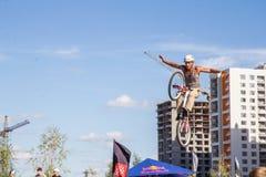 Ein Radfahrer führt einen Trick durch lizenzfreie stockbilder