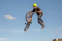 Ein Radfahrer führt einen Trick durch stockfotografie