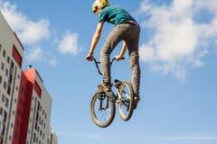 Ein Radfahrer führt einen Trick durch lizenzfreies stockfoto
