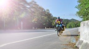 Ein Radfahrer gehen zur Straße Stockbilder