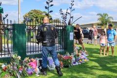Ein Radfahrer zahlt seinen Respekt an einer Moschee in Tauranga, Neuseeland, zu den Opfern der Christchurch-Terroranschläge lizenzfreies stockbild