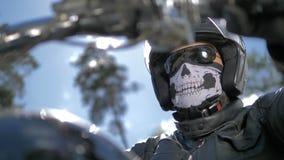 Ein Radfahrerporträt Kopf abgedeckt durch einen Sturzhelm und eine Maske
