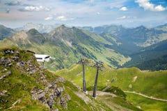 Ein Radfahrerreiten auf der Sesselbahn in den Bergen stockbilder