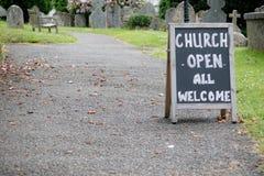 Ein Rahmen für eine offene Kirche stockfotos