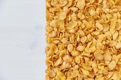 Ein Rahmen gezeichnet mit Corn Flakes Corn-Flakes zerstreut auf einen Holztisch lizenzfreies stockbild