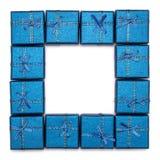 Ein Rahmen von den Geschenkboxen lokalisiert auf weißem Hintergrund Blaue Weihnachtsgeschenke Lizenzfreie Stockfotografie