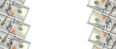 Ein Rahmen von zwei Reihen von Rechnungen von hundert Dollar Wei?er Hintergrund auf Mittellinie stockbild