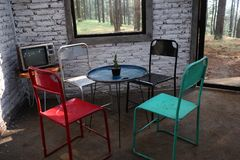 Ein Raum mit einem alten Eisenstuhl und -fernsehen lizenzfreies stockfoto