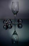 Ein Rebeglas auf einem Grau Stockbilder