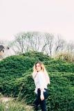 Ein recht junges langhaariges Mädchen, das in einen Park geht stockfotografie