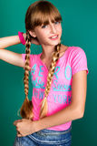 Ein recht junges Mädchen auf dem grünen Hintergrund Stockbild