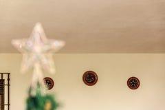 Ein recht künstlicher Weihnachtsbaum mit irgendeinem Weihnachten-decoratio Lizenzfreie Stockbilder