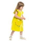 Ein recht kleines Mädchen in einem gelben Kleid Lizenzfreie Stockbilder