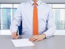 Ein Rechtsanwalt und unterzeichnender ein Prozess des Vertrages Lizenzfreies Stockbild