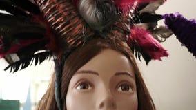 Ein Regal mit dem Mannequinkopf in einer Perücke stock footage