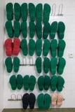 Ein Regal mit einigen chirurgischen Schuhen stockfotos