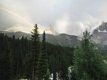 Ein Regenbogen über Yoho Valley herein BC lizenzfreie stockbilder
