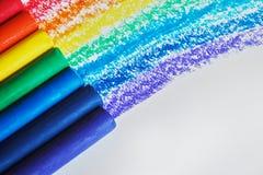 Ein Regenbogen gezeichnet mit Rotem, Orange, Gelbem, Grünem, Blauem, Indigo und purpurrote Zeichenstifte stockbilder
